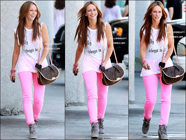 #28/04/12 : Jennifer était de sortie pour aller faire quelques courses dans la belle ville de Los Angeles.#