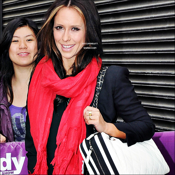 #08/05/12 : Jennifer à été aperçue alors qu'elle aller aux Wendy Williams Show pour ensuite en resortir.#