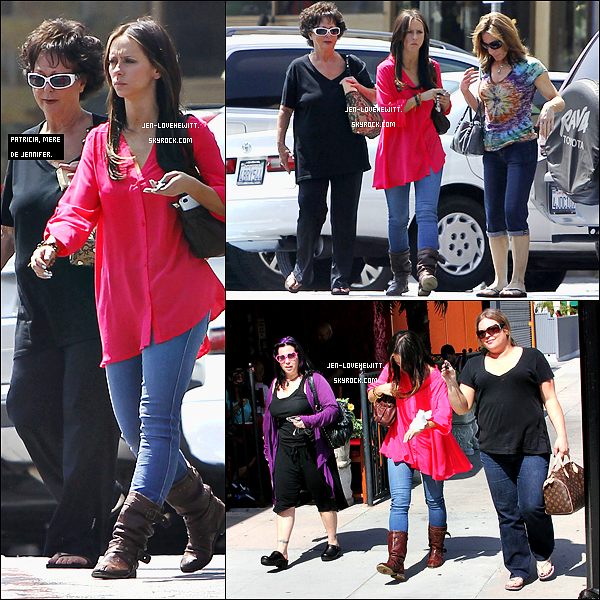 #12/05/12 : Jennifer faisait une petite balade à Burbank après avoir déjeuner en compagnie de sa mère.#