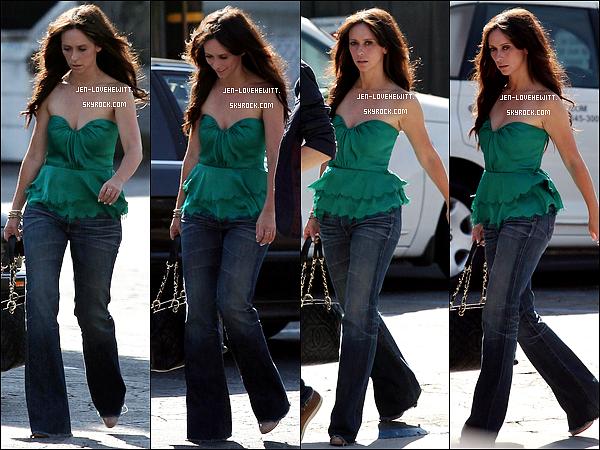 *11/07/12 : Jennifer Love Hewitt à été aperçue en compagnie d'un ami dans Toluka Lake à Los Angeles.*