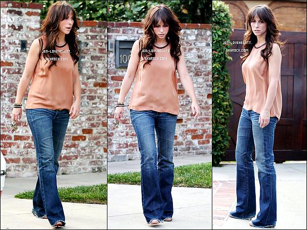 *14/07/12 : Jennifer Love Hewitt (et le retour des bouclettes) à été photographiée devant chez elle à L.A. *