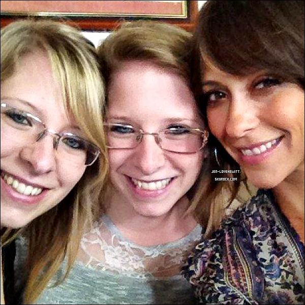 #27/07/12 : Jennifer Love Hewitt s'est prise en photo avec des fans lors d'une sortie. (article associé)#