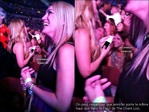 """.11/08/12 :  Jennifer Love Hewitt a assistée à un concert de Enrique Iglesias avec sa co-star Rebecca Field de TCL.Rappel : Jennifer Love Hewitt avait déjà fait une apparition dans le clip """"Hero"""" du chanteur espagnol Enrique Inglesias en 2002. ."""