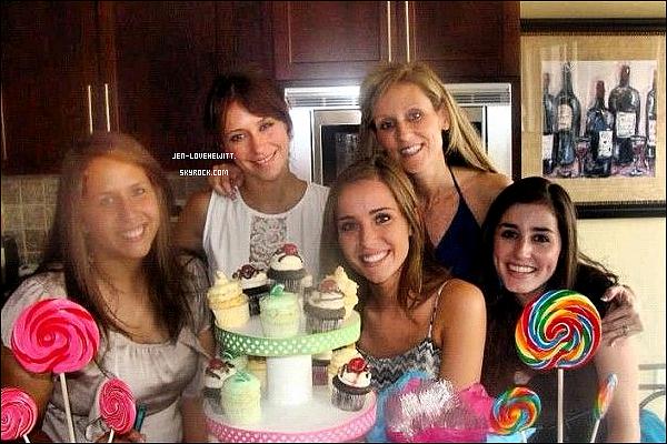 .26/08/12 :  Jennifer Love Hewitt à été prise en photo alors qu'elle achetait des cupcakes, en bonne compagnie..
