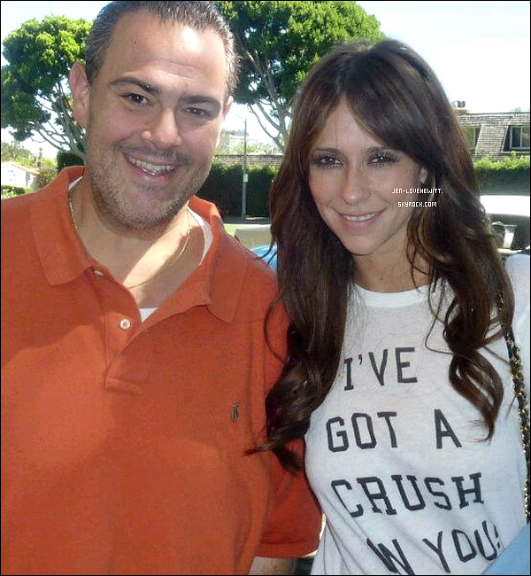 .29/08/12 :  Jennifer Love Hewitt, plutôt souriante, c'est prise en photo en compagnie d'un fan à Los Angeles..