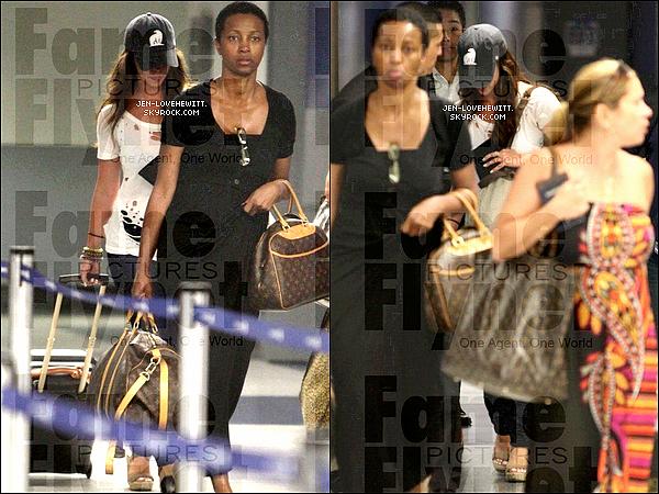 .12/09/12 : Jennifer Love Hewitt  à été vu à l'aéroport de LAX revenant d'un voyage au Mexique..