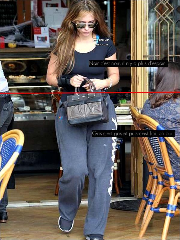 .22/10/12 :  Après l'effort, le réconfort, Jennifer Love Hewitt à été aperçue allant à la boulangerie à Los Angeles..