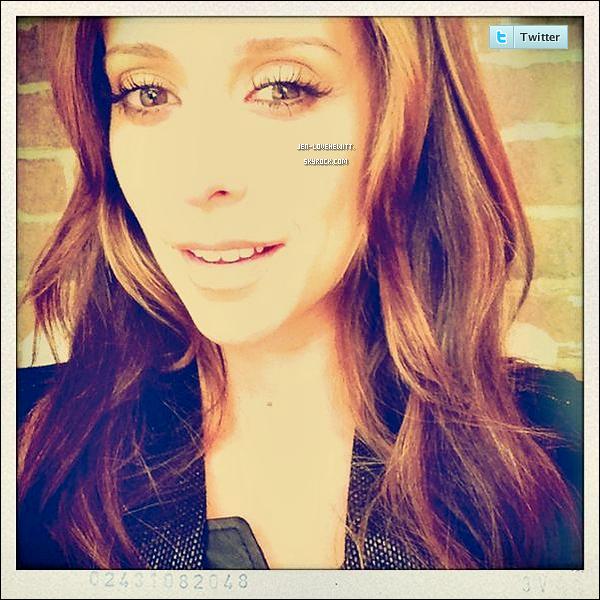 .. TWITTER .« Bonjour à partir du plateau !  ;) » C'est le message et la photo qu'a postée Jennifer sur son Twitter..