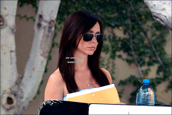 .25/06/13 : Jennifer Love Hewitt, sublime dans sa robe bleu, a été vue avec une enveloppe en main à Los Angeles..