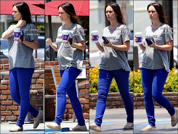 """.30/06/13 : Jennifer """"la guerrière"""" (comme le dit son t-shirt) a été vue alors qu'elle venait de s'acheter un café.."""