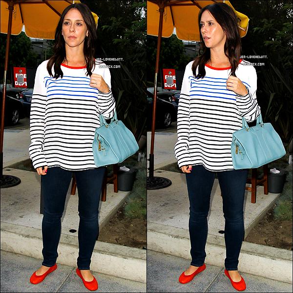 .06/07/13 : Jennifer Love Hewitt a été vue quittant le restaurant « ROC Star Dumpling House  » à Los Angeles..