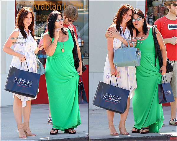 .17/07/13 : Jennifer, toute ravissante, faisant une virée shopping accompagnée d'une amie dans Berverly Hills..
