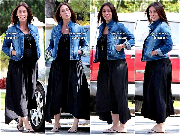 .09/08/13 : Jennifer Love Hewitt, classe dans sa veste en jean, allant s'acheté un starbucks avec une amie à L.A..