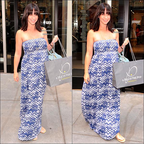 .21/08/13 : La belle actrice a été aperçue sortant d'un magasin alors qu'elle faisait du shopping à New-York..
