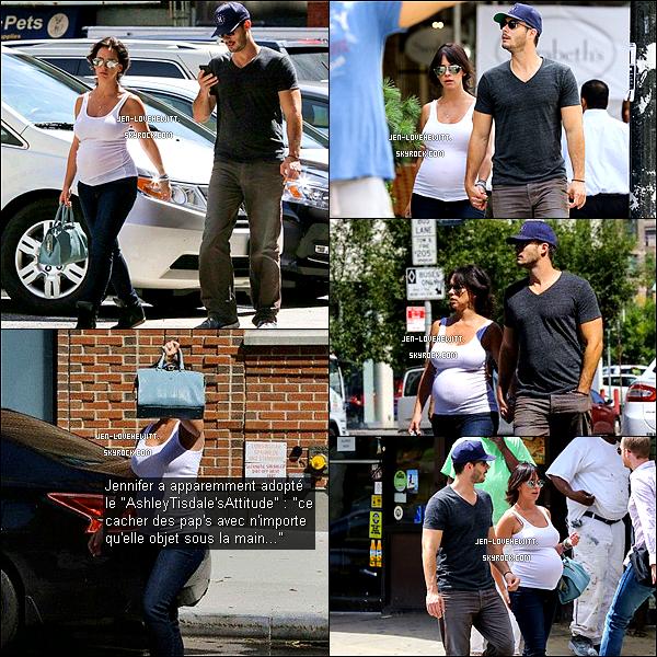 .30/08/13 : Jennifer a été vue portant des gâteaux à Brentwood sûrement pour fêter la fête du travail le 1er sept..