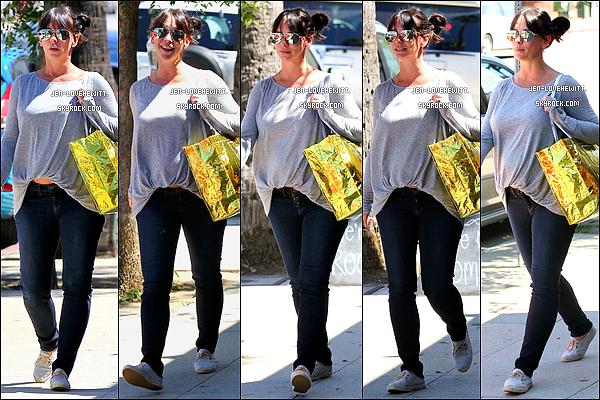 .04/09/13 : Jennifer Love Hewitt a été vue alors qu'elle se rendait dans un magasin avec son amie Rebecca Field..