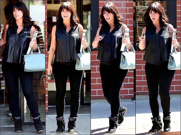 .13/09/13 : Jennifer Love Hewitt, classe dans sa chemise en cuir, sortant d'un restaurant dans Studio City. .