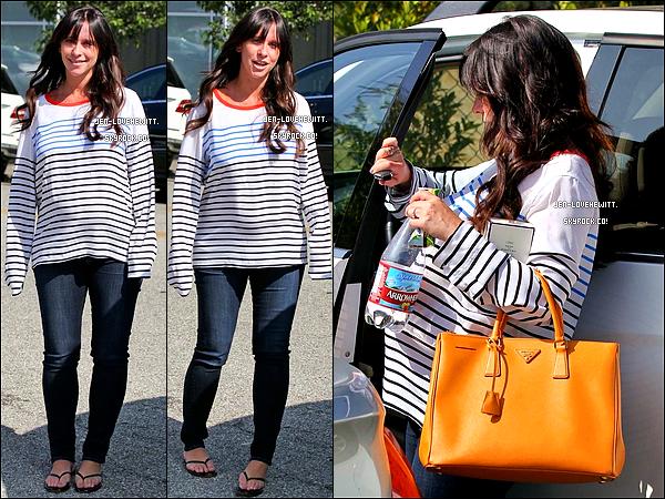 .17/09/13 : Jlove (et son pull 2 fois trop grand) a été aperçue revenant du coiffeur dans les rues de Beverly Hills. .
