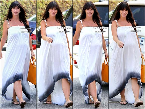 .19/09/13 : Jennifer Love Hewitt, toute magnifique, a été aperçue dans les rues de Brentwood..