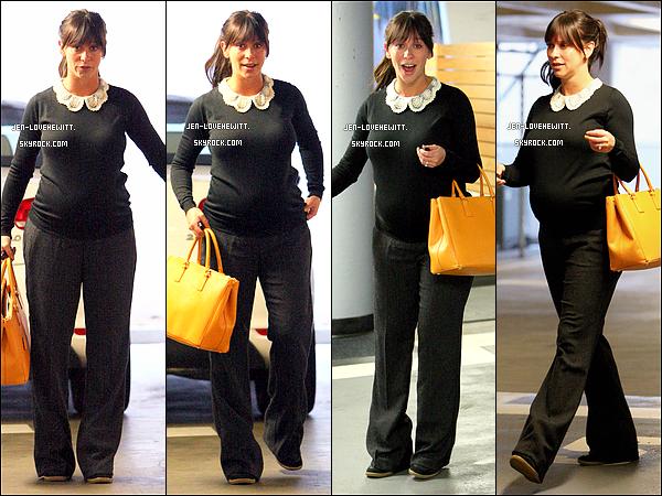 .03/10/13 : C'est une Jennifer Love Hewitt pas bien reveillée qui a été photographiée sortant de sa voiture à L.A.  .
