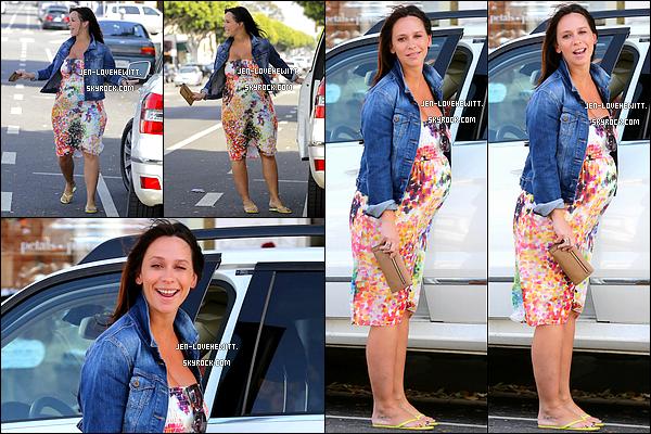 .10/10/13 : Jennifer Love Hewitt, toute jolie, a été vue alors qu'elle revenait d'une séance shopping à Brentwood.  .
