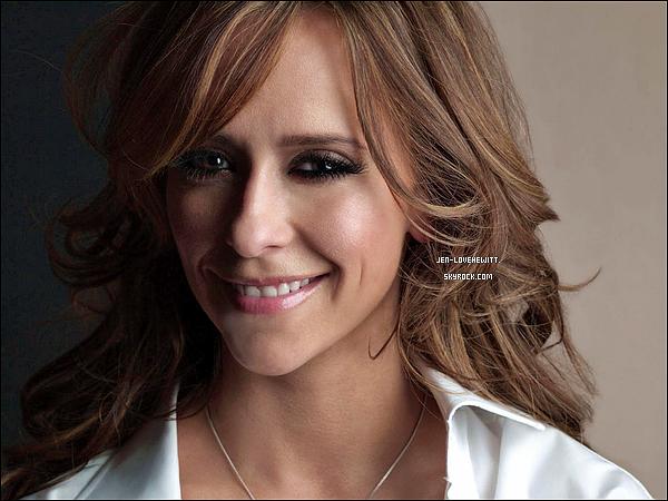 .19/11/13 : C'est une Jennifer Love Hewitt heureuse et souriante qui a été vue se promenant dans Los Angeles..