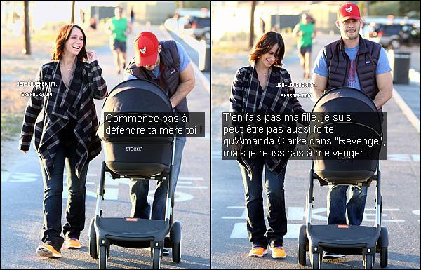 .15/01/14 : Jennifer, toute souriante, a été aperçue se baladant en poussette avec sa fille et son mari à L.A.Il semblerait que la belle ai opté pour une nouvelle coiffure. Plus court et sans la frange. Ça la rajeunit vous ne trouvez pas ? .