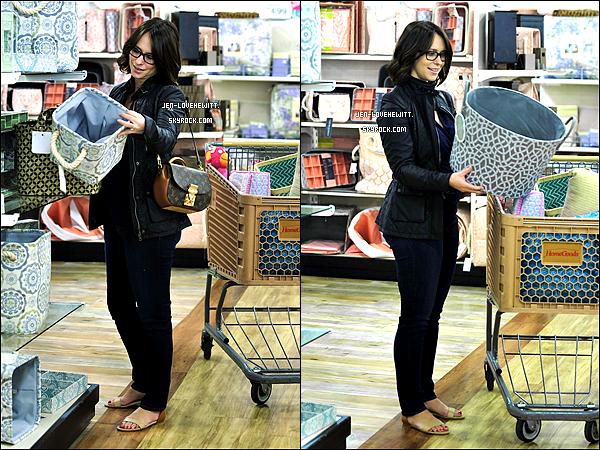 .20/01/14 : Jlove, rayonnante, a été vue faisant quelques courses (pour un peu de rangement) dans un magasin..