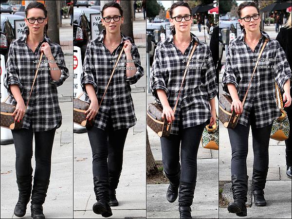 .26/12/10 : Jennifer Love Hewitt, joyeuse, a été photographiée avec quelques amies dans les rues de Beverly Hills..