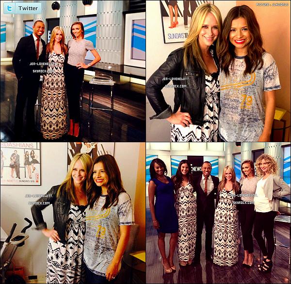 .09/04/14 :  Blondie Girl s'est rendue sur le plateau de « E! News » pour la promotion de sa ligne de vêtement.J. portait une robe de sa collection. Non seulement elle fait de la promo mais elle cache aussi ses formes d'ex-femme enceinte ! .