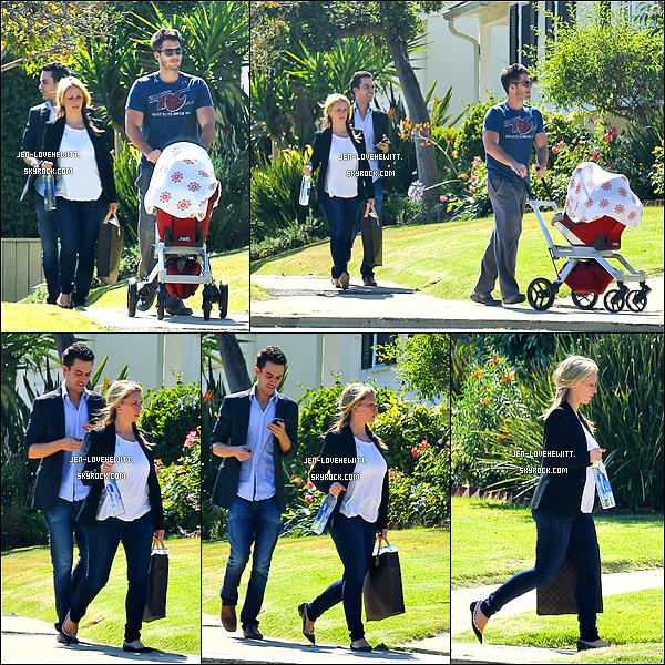 .07/05/14 : La belle a été photographiée riant aux éclats en promenant sa fille avec une amie dans Los Angeles. .