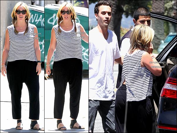 .15/05/14 : Jlove a encore été aperçue de sortie avec son ami dans les rues de Los Angeles. .