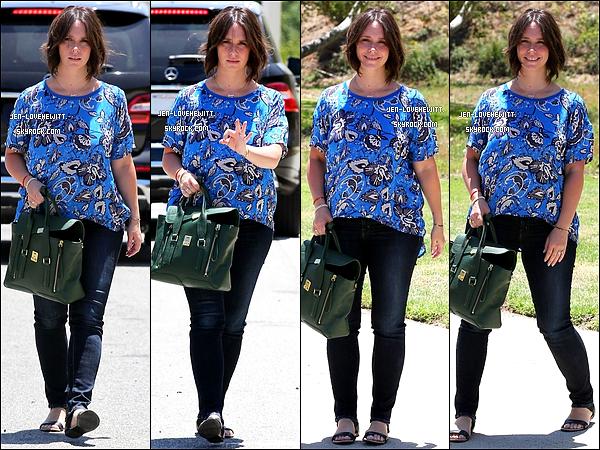 .19/06/14 : Jennifer, de nouveau brune aux cheveux courts, a été aperçue plutôt souriante à Santa Monica. .