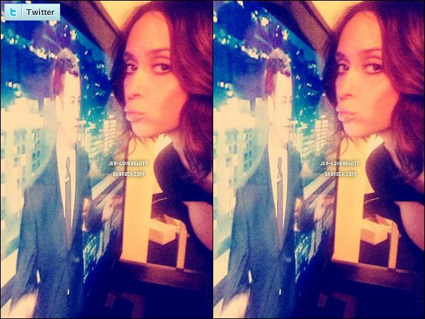 .29/09/14 : Jennifer Love Hewitt été l'invitée du célèbre talk-show « Jimmy Kimmel Live! ».Personnellement, cette robe attachée au niveau du col ne l'avantage pas du tout et ces frisettes font paquet. .