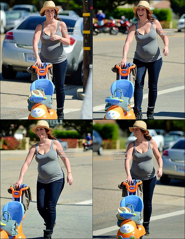 .13/04/15 : Jen, son mari et sa fille (et le bébé en route) ont été faire une promenade en famille à Los Alamos..