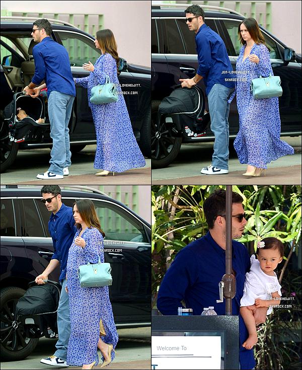 .04/04/15 : Jennifer Love Hewitt et toute sa petite famille partant au restaurant pour Pâques..