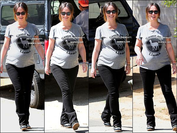 .09/04/15 : Jennifer Love Hewitt, joyeuse, a été photographiée dans les rues de Santa Monica..