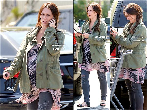 .19/04/15 : C'est une Jennifer plutôt fatiguée qui été vue en train d'aller faire ses courses à L.A..