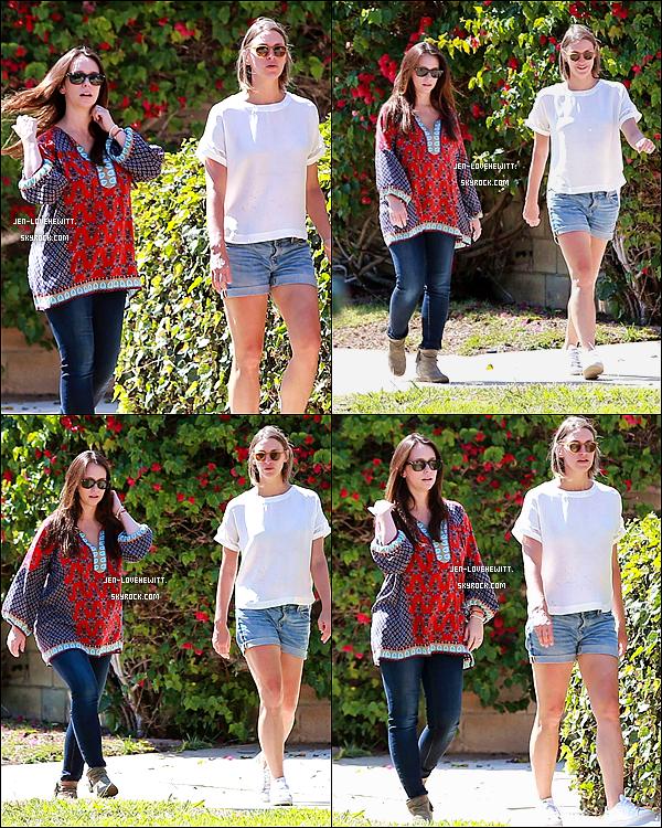 .01/08/15 : Jennifer Love Hewitt a (enfin!) été aperçue de sortie avec une amie à Los Angeles..