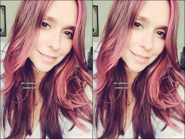 .. TWITTER .« Tellement heureuse de se joindre à la tendance de l'été! Yay cheveux rose! » posté le 04/09..