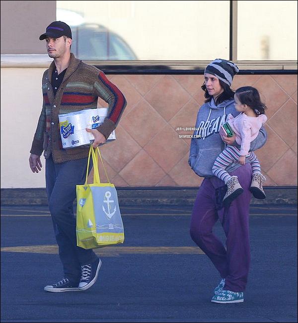 .Déc 2015 : Jennifer a été aperçue avec son mari et sa fille après avoir fait quelques courses..