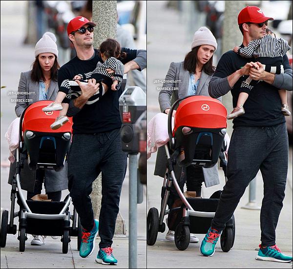 .28/12/15 : Jennifer a été aperçue dans les rues de L.A pour prendre le petit déjeuner en famille..