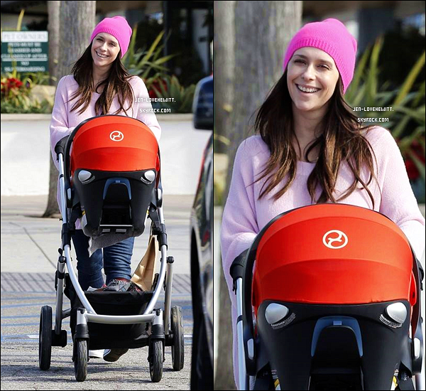 .13/01/16 : Jennifer, toute souriante, aperçue à Malibu avec un ami, son mari et ses 2 enfants..