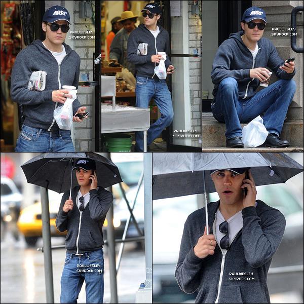 * 20/05/2011 : Paul était dans les rues de New York City , café et téléphone à la main . Une tenue très simple que je trouve impeccable . C'est un TOP !*