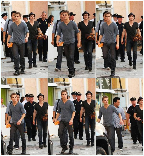 23 octobre 2010 › Paul et Ian Somerhalder dans les rues de Miami avec des cadeaux en main ._______• Cet article est un FLASHBACK pour contempler le manque de news de Paul | © PaulWesley.skyrock.com_______