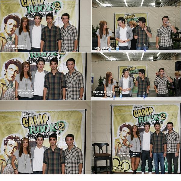 """Demi Lovato 01.09.10 : Demi et les Jonas Brothers ont été à une séance de dédicaces dans le magasin """"Wal-Mart"""""""
