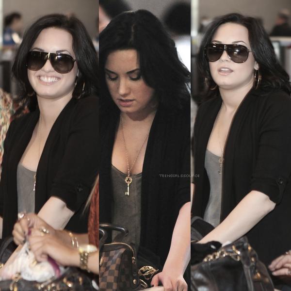 10.03.11 : Dans l'après-midi, Demi, sa soeur (Dallas) et son beau-père se sont rendus à l'aéroport de LAX pour s'envoler en direction du Texas.