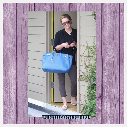 17.06 : C'est dans une tenue décontractée que Hilary est sortie à Los Angeles ! Top ou Flop ?