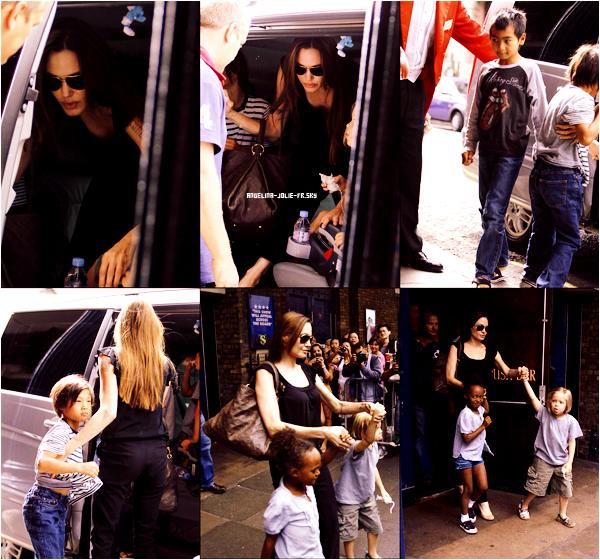 • Dimanche, 14 août, Angelina a emmené toute sa tribu assister à une comédie musicale avec Shreck en héros principal.
