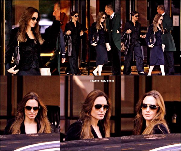Angelina est de retour à Londres,elle a été aperçue hier, 26 août, quittant l'hôtel Dorchester en compagnie de son assistante et amie, Holly Goline.